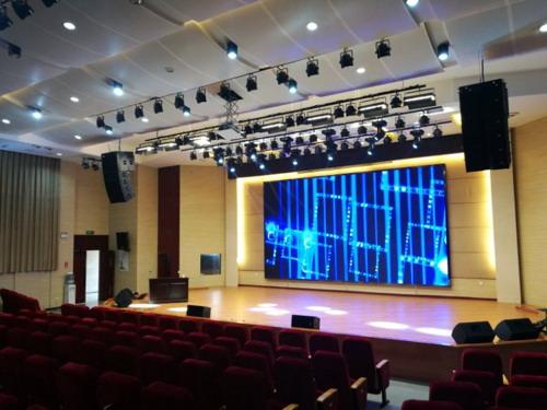 此次,宏程音响承担了学校大礼堂的灯光专业音响设备安装项目